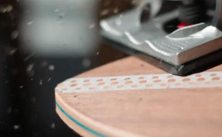 Mike Boz använder sin longboard som canvasduk